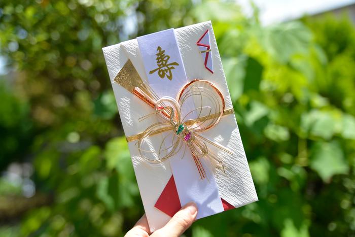 お祝いの気持を伝える「ご祝儀」は、前日までに新札を準備しておいてくださいね。 会費制の結婚パーティー等の場合は袋に入れないほうがいい場合もありますので、事前に確認しておくと◎
