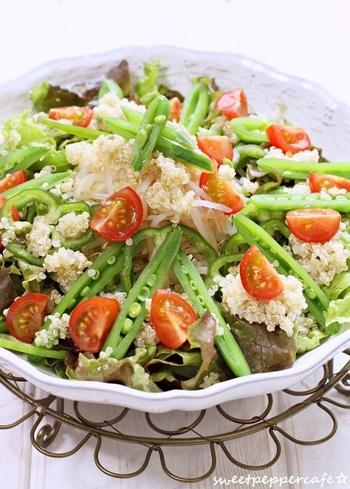 スーパーフードと言われている栄養豊富なキヌアは、どんな野菜と合わせても相性バッチリ。ご飯の代わりにもなってくれるヘルシー食材です。  季節の野菜やお好みの野菜を好きなだけ入れて、サラダボール風に盛り付けて、お腹いっぱい食べて下さいね!