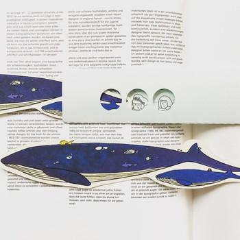 短いメッセージを伝えるのにちょうど良い、親子のクジラのメッセージカード。封筒からカードを引き抜くと、潜水艦からクジラを覗いている子供の姿が!