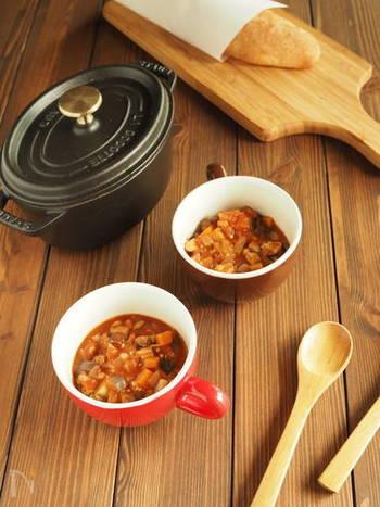 「季節的に温かいものが食べたい!」という時には、秋のお野菜・根菜がたっぷり入ったミネストローネはいかが?こちらのレシピはトマトジュースで作るから調理も簡単です。  お野菜だけで物足りないと思う方は、豆類やショートパスタなども入れてみて!