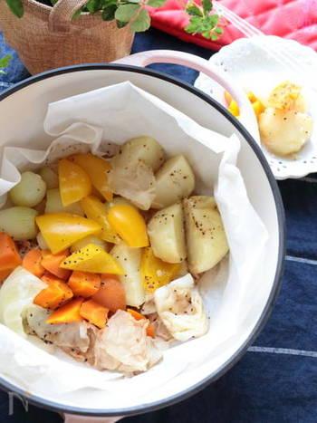 じっくり火を通すことで、野菜本来の甘みや風味を味わうことが出来る温野菜。お家にある余り野菜でも出来てしまうので楽チンメニューでもあります。  塩・コショーだけでもシンプルで美味しいですが、お好みのドレッシングやディップなどと合わせて食べるのもオススメ。飽きがこず、定番レシピとして永く楽しめますよ!
