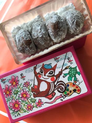 パッケージが注目される西光亭ですが、中身となるお菓子のクッキーも、とても美味しいです。  くるみがたっぷり入っているクッキーで、さらさらのパウダーシュガーがかかっています。とても贅沢に感じられますね。  その他にもシンプルなアーモンドクッキーやココナッツクッキーなど、クッキーの種類は14種類ほどあります。ぜひ箱と合わせて、プレゼントする人のことを考えながら選びたいですね。