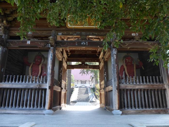 北斎館につづき、早めに巡ることをおすすめしたいのが、こちら。文明4年(1472)に開かれたお寺「岩松院」です。  北斎館から歩いていくには遠い距離(歩くと約30分)なので、ぜひ周遊バスに乗っていきましょう。  仁王門の両側におかれている、朱の金剛力士像は、威厳を感じさせますね。