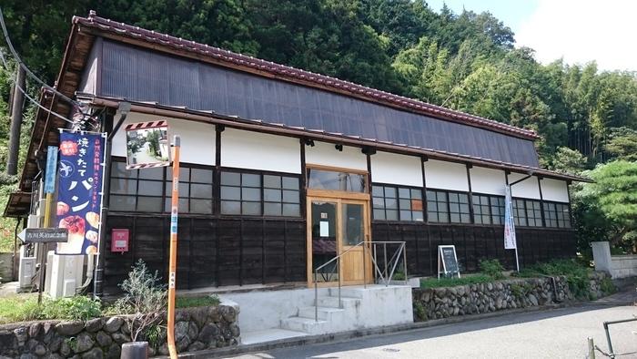 JR青梅線の二俣尾駅から歩いて15分ほどの通り沿いにある「noco(ノコ)」は、開店直後に売り切れてしまうこともある人気のベーカリーカフェです。平屋の外観が目印で、1957年(昭和32年)に建てられた工場をリノベーションしました。