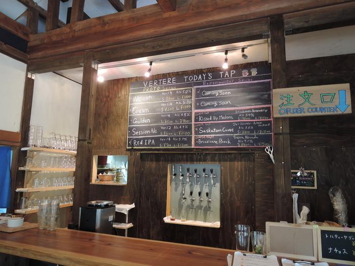 古民家の太い梁や高い天井を活かしながらリノベーションした店内。カウンターにはビールのタップが10あり、いろいろなフレーバーのビールが楽しめます。