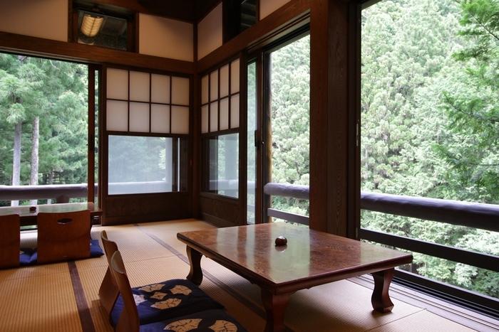 """席は2人がけのテーブルが3つ、4人がけのテーブルが1つだけ。""""すべての方にのんびりしてもらい""""と、お客さん同士の来店間隔が30分おきに設定されています。木々の音や木漏れ日をゆったりと感じられる空間は、まさに大人の贅沢。"""