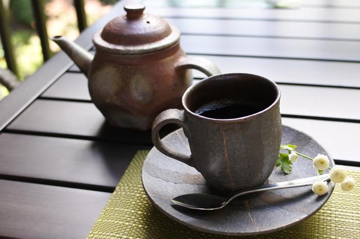 席で豆を挽き、檜原の湧き水で淹れたコーヒーは、香り高くほろ苦さが際立つ味。フェアトレードの豆を使っています。