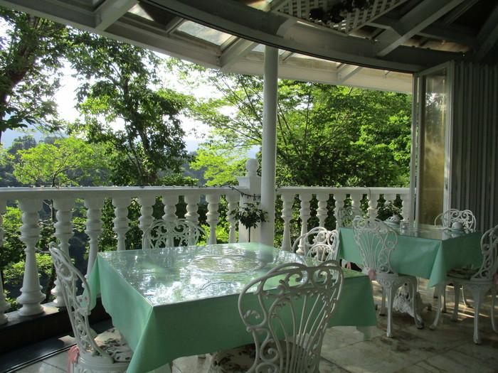 白と淡いグリーンを基調としたエレガントなバルコニーは、人気の席。美しい山と多摩川に癒されます。
