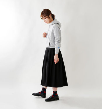 カジュアルな着こなしにも似合うのがローファーのいいところ。アーガイル柄のソックスを合わせれば、きちんと感のある上品な足元に。