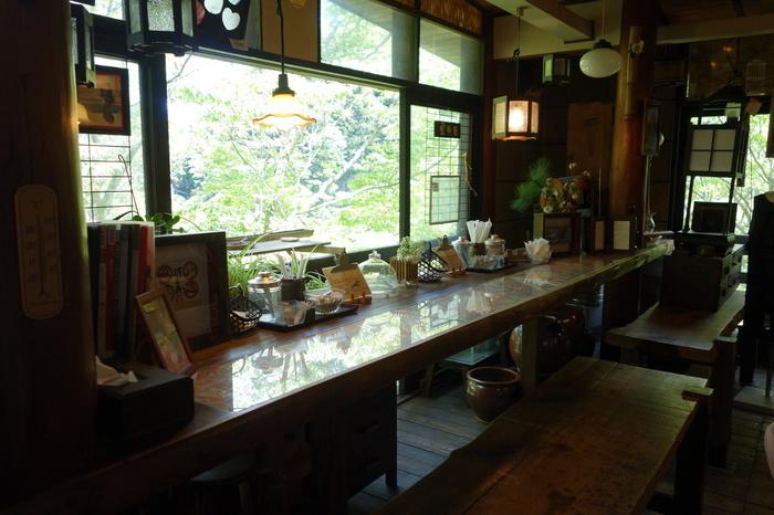 """東京都西部に位置する奥多摩エリア。キャンプやBBQ場が多いイメージですが、アウトドア以外の楽しみ方もあるんですよ。キナリノ読者におすすめしたいのが「森の中のカフェ」。葉っぱの揺れる音や川のせせらぎ、鳥のさえずりにきっと癒されるはず。都心から電車で約1時間半で行ける""""東京のオアシス""""でゆったりカフェタイムを楽しみませんか?"""