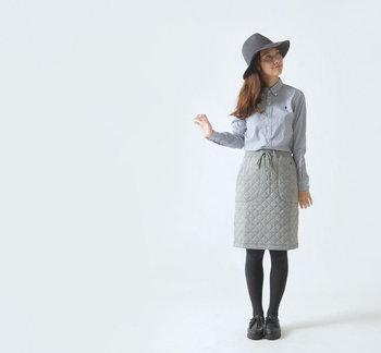 カジュアルな雰囲気のキルティングスカートを、ボタンダウンのシャツできれいめに昇華。ハットとレザーシューズでさらにシックな空気を後押し。