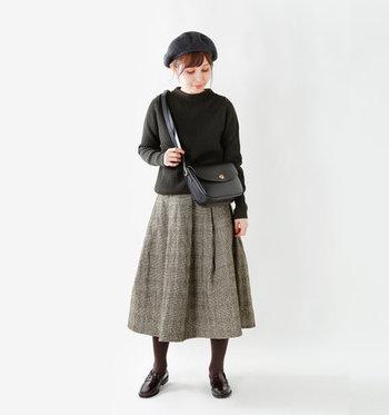 クラシカルなチェック柄のキルティングスカートは、落ち着いた色合わせでレディにスタイリング。タイツはブラウンを選ぶのがおしゃれさんの選択です。