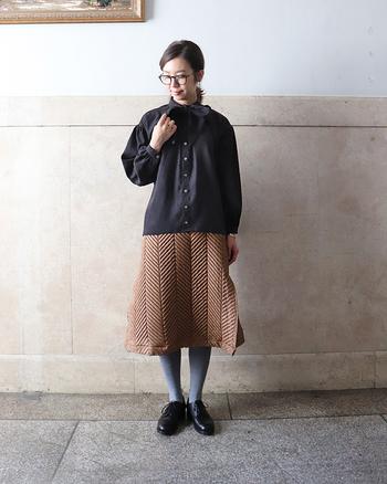 キルティングスカートには珍しい独特なステッチ。シンプルなコーディネートも、たちまちモードで個性的な雰囲気に変わります。