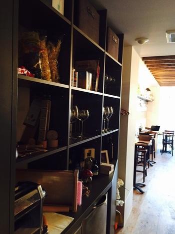 明るくスタイリッシュな店内は、いつもたくさんのお客さんでにぎわっています。オーナーシェフは、イタリアのひとつ星レストランでの修業を経験した実力派。