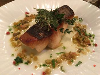 ディナーはアラカルトで注文できるので、おなかの空き具合に合わせて調整できるのがうれしいですね。この日のお魚料理は、皮がパリパリで絶妙な焼き加減の「スズキの香草焼き」。