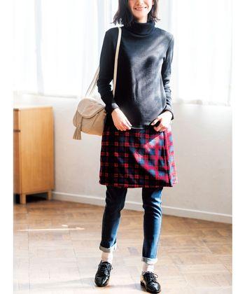 腰にくるっと巻くだけのラップタイプは、パンツやレギンスとの重ね着に最適。レイヤードしても重たく見えない膝上丈がGOOD!
