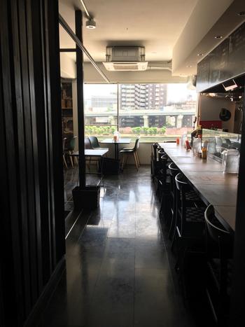 窓の外には隅田川という絶好のロケーションで、スカイツリーも間近に見えます。「今おいしいものをおいしく食べてもらいたい!」という思いから、グランドメニューを決めずにその日の仕入れによってメニューを考案しているそう。