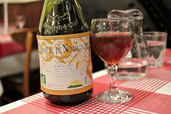 厳選した自然派ワインを中心に、赤白合わせて約30種類からセレクトできます。お料理に合わせておすすめのワインを提案してもらえるので、気軽に相談してみても。