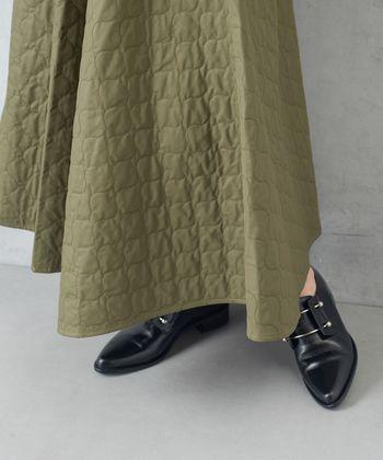 装いに温かみが出るキルティングスカート。シンプルなデザインを選びつつ、コーディネート全体はできるだけミニマルにまとめることがポイントです。みなさんも、今年の冬はキルティングスカートを使ったほっこりスタイルにぜひ挑戦を♪