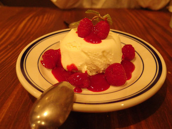 ディナーの最後はおいしいデザートで。「クレーム・ダンジュ」という、フランス産のレアチーズムースに木いちごのソースをかけた1品は、見た目もキレイで乙女心をくすぐります。