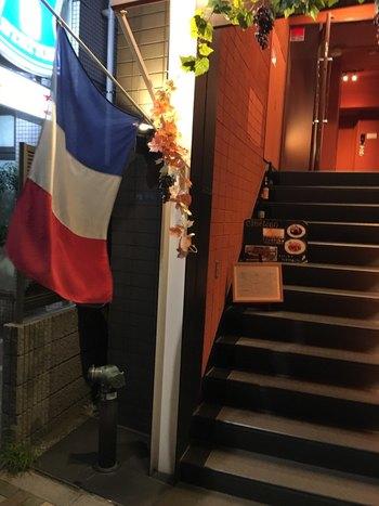 JRの浅草橋駅を出てすぐのところにある「CAMELEON(カメレオン)」は、フランス国旗が目印のビルの7階にあるビストロです。