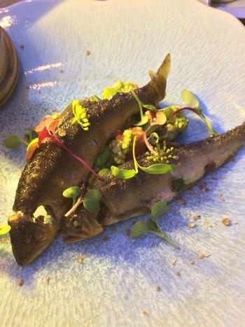 見た目が楽しい「鮎のコンフィとバジル風味のタブレ」は、まるで泳いでいるかのような盛り付けが秀逸。オイル煮した鮎はしっとりしていて、とても上品な味わいです。