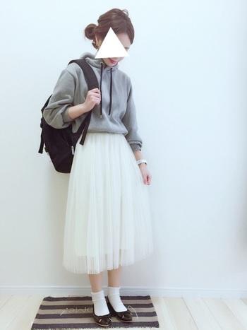 白のチュールスカートは、清楚感溢れるアイテム!女性らしいアイテムながら、カジュアルにも使える万能アイテムです。パーカーやスウェットとも相性がいいですし、どんな色味ともあうので使いやすいです。