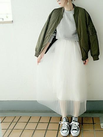 白チュールスカート初心者さんにぜひあわせてもらいたいのが、カーキアイテムとスニーカーです。スカートの可愛さを上手に抑えつつも、おしゃれ見えさせてくれる魔法のコーデ。
