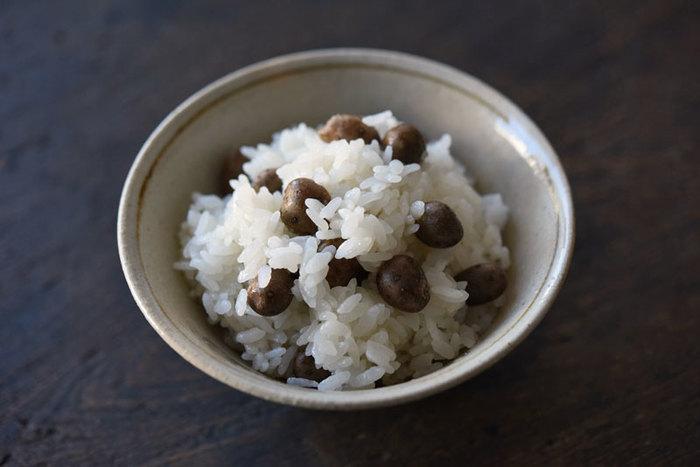さて、最後に「むかご」のレシピもご紹介しておきます。「むかご」は、山芋の葉の付け根にできる小さな球芽です。シンプルにご飯と一緒に炊き上げると、独特の歯ごたえとコクを味わうことができます。 山芋の魅力をもっと知るために、ぜひ「むかご」も試してみてください♪