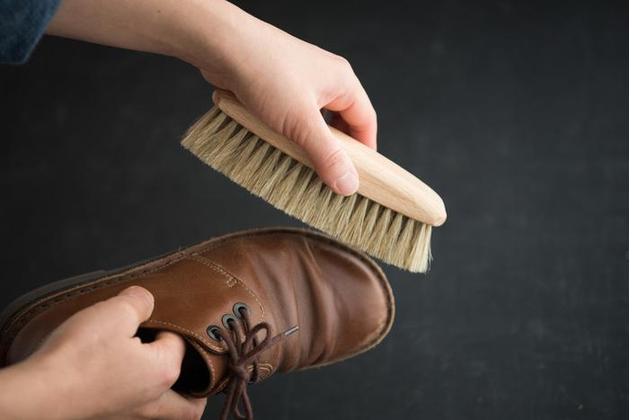 シンプルなデザインの艶出しブラシは、靴のお手入れだけでなく、家具などのほこり落としや艶だしとしても使える優れもの。一度使うと、都度塗り直さなくても、ブラシに浸透している、前回使ったクリームや乳液の効果で、艶が蘇るんだとか! 帰宅や出発時など、忙しい時にも、ササッとブラッシングするだけで見違えるほど綺麗に。