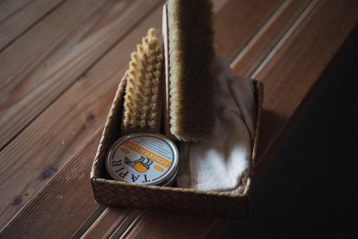 """靴磨きに必要なアイテムが一つになった""""タピールの入門セット""""は、ギフトにぴったり! 中身は、革に栄養を与えて艶を出すワックス「レーダーバルサム」と、シンプルなデザインの「艶出しブラシ(白)」、そして革製品にオイルやクリームを塗る際、また仕上げの際に幅広く使える「コットンネル」の3点。 足元のお洒落を楽しまれる男性なら、喜んでくれること間違いなしのアイテムです!"""