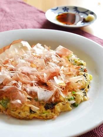 ダイエット中にも食べやすい、長ネギ入りの和風長芋焼き。めんつゆとおろし生姜でいただきます。 こちらのレシピでは食物繊維が豊富な皮も使っています。皮は土をよく水洗いして、ヒゲの部分はコンロの火であぶるとキレイに落とすことができます。