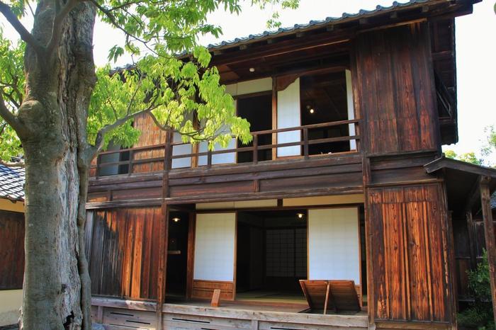 敷地内には、北斎のアトリエとして作られたとされる一軒家の建物「碧い軒」が、修復して残されています。