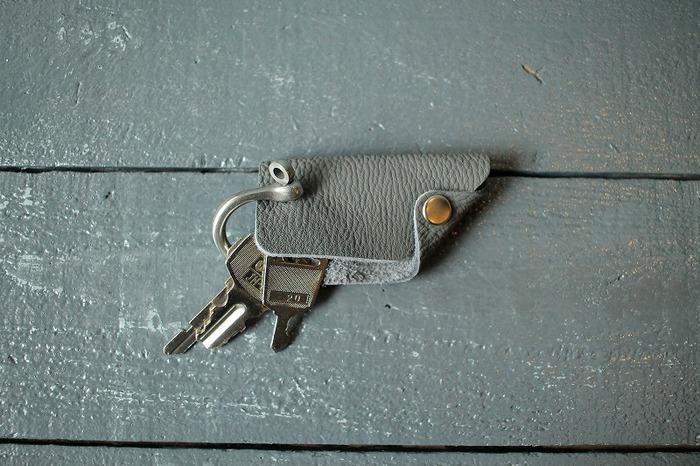 丈夫なシャックルに4個ほどの鍵を付けることができ、スナップボタンの開け閉めでレザー包みの中に鍵を収納できるようになっています。数多くの鍵は付けることは出来ませんが、ポケットにスッと収まるサイズ感は、スタイリングの邪魔をせず、どこか上品な雰囲気を放ちます。 毎日使うものだからこそ、妥協なく、これぞというとっておきのアイテムを選べたら、なんだかちょっと素敵ですよね!
