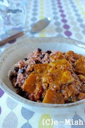 子供も大好きな「トマトとかぼちゃのチキンカレー」。フライパン一つでできるので、忙しい日も簡単に作れる一品です。食べやすいチキンカレーなので、酵素玄米を食べなれない子供にもおすすめです。