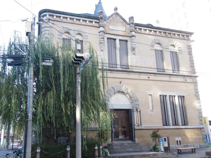1910(明治43)年に建てられた旧第九十銀行本店本館を活用した「もりおか啄木・賢治青春館」は、盛岡で青春時代を過ごした石川啄木と宮沢賢治について紹介しています。建物は、2004(平成16)年に国の重要文化財に指定されました。企画によっては有料の展示もありますが、常設展は無料ですので気軽に立ち寄ってみましょう。