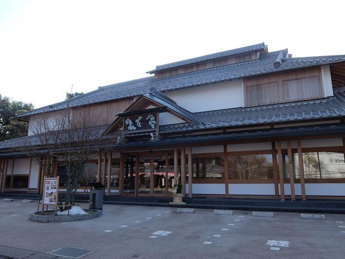 少し歩いたところにあるのが、こちらも栗菓子の老舗「桜井甘精堂」が運営する食事処「泉石亭」。こちらでも栗おこわをいただけるうえ、手打ちそばも美味しいと好評なんですよ。
