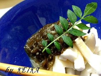 沖縄名産のもずくを添えて、美容にも嬉しいネバネバ和えに。この時、山芋は短冊切りか千切りにすると食感が良くなります。味のアクセントには、塩麹とすだちを。 下ごしらえとして山芋を酢水に5分ほどさらしておくと、アクが抜けて変色やぬめりを防ぐことができますよ。