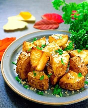 長芋を10分程度じっくり揚げ焼きして、最後にパルメザンチーズとパセリをパラパラ。じゃがいもより低カロリーなおつまみです。