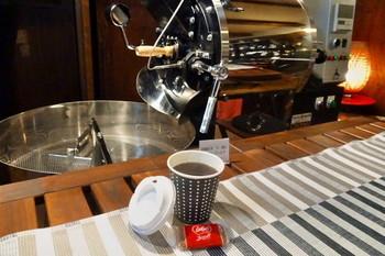 焙煎機がすぐそばにあり、店内は香ばしいコーヒーの香りでいっぱい。オブセブレンドなど、オリジナルの豆もあります。ぜひ店員さんに聞きながら、ぴったりの一杯を見つけてみてくださいね。