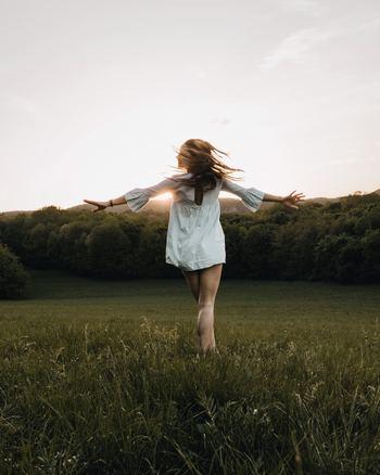 怒りや悲しみなどの感情が抑えられない時、心が落ち着かない時、深呼吸をすることはとても大切です。ゆっくりした深い呼吸は副交感神経を刺激させ、緊張で固まった全身の筋肉をゆるめてくれます。また、ゆっくりした呼吸はセロトニンを増加してくれる効果もあるそうです。