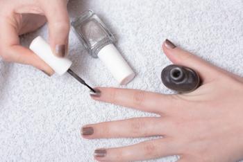 マニキュアは、たっぷりとつけて一度に塗るのではなく、均等に薄く塗っていきましょう。しっかり塗りたい時には、薄く塗って、しっかりと乾いてからその上にまた薄く塗ると良いですよ。