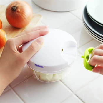ハンバーグやドライカレーなどに使う玉葱などの野菜のみじん切りは、けっこう手間がかかりますよね。  取っ手を数回引くだけという簡単アクションで、みじん切りを8秒で完了させる「ぶんぶんチョッパー」は、調理の大きな味方になってくれそうです。