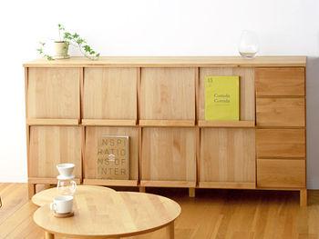北米産の肌触りの良い木材と体に優しい自然塗料が使われたマガジンラック。お好みの本を最大サイズなら8冊までディスプレイでき、奥にはたっぷりの収納スペース、サイドには引き出しも付いています。