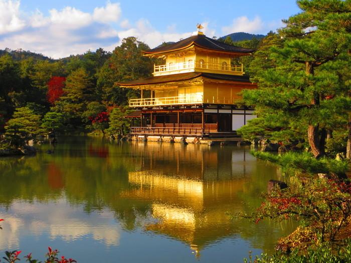 世界遺産の寺社仏閣や紅葉など見所の多い京都。観光スポットを歩き回ると疲れも溜まるもの。特にお寺や神社は砂利道や階段も多く、足への負担もかかりがちです。