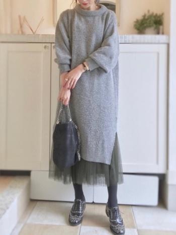 ニットワンピースにチュールスカートをインして裾をチラ見せすると、ポイントになっておしゃれです。コーデが華やかになりますし、ニットワンピースだけを着るよりも大人っぽくなりますね。