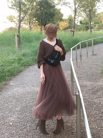 ブラウンベースのチュールスカートは、可愛らしさを活かしつつも、ロング丈なら大人っぽい素敵コーデに。透け感があったり柔らかい印象のチュールスカートも、色を選べば秋冬に着こなせそうですね。