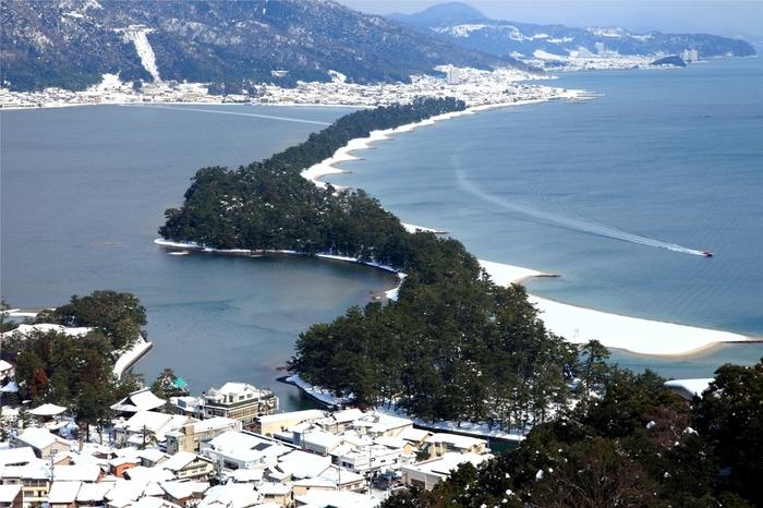 日本海に面した丹後エリア。日本三景の一つである天橋立をはじめ、立岩や屏風岩、丹後松島など自然が織り成す美しい景色が見所です。日本海でとれる海の幸も魅力。