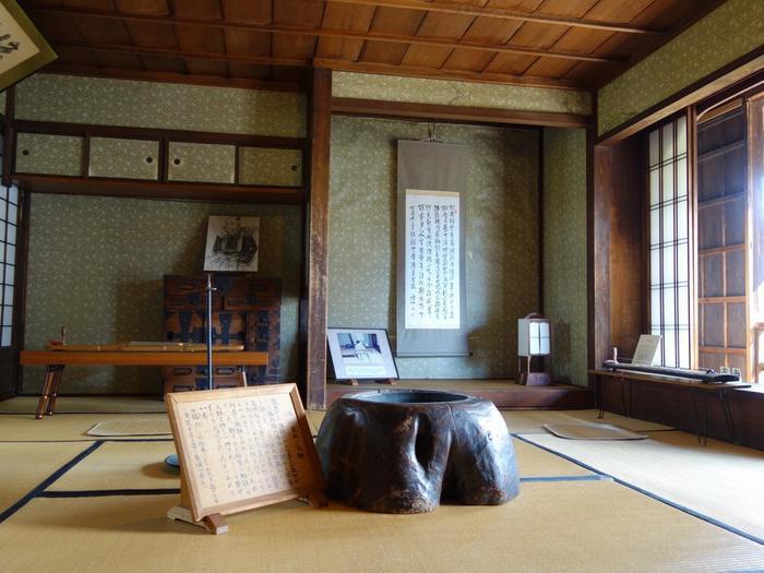 この部屋は文化サロンとしての役割を備えており、中心には団欒を育んだであろう、鴻山愛用の木製火鉢が残されています。 天才兵学者として知られる松代藩士・佐久間象山も、ここを訪れていたそうですよ。