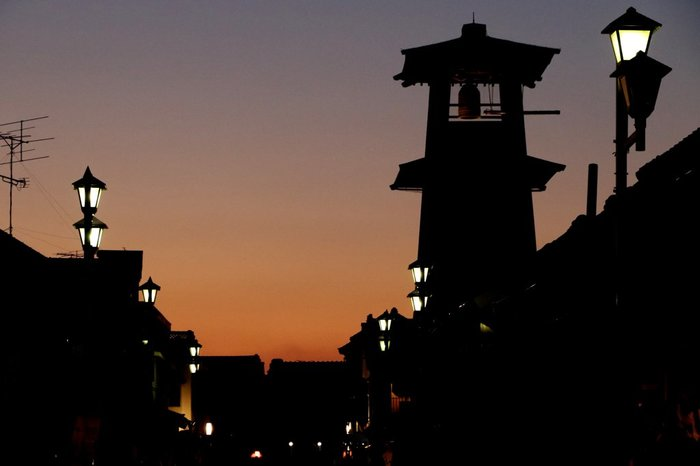夜になると、街灯に明かりが点ります。行灯のようなデザインも風情がありますよね。お時間があれば、ぜひ夜の街並みも楽しんでみてくださいね。
